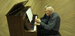90 Yaşında eşiyle birlikte 4 el Bach çalıyorlar